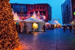 Cristmas marknad i en modern fjärdedel HafenCity med härliga belysningar i aftonen arkivfoton