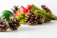 Cristmas y decoración del Año Nuevo en el fondo blanco Imagenes de archivo
