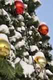 Cristmasballen en de spar van het nieuwe jaar Royalty-vrije Stock Afbeeldingen