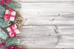 Cristmasgift op hout, sneeuw Stock Afbeeldingen