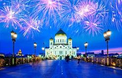 Cristo a catedral e o Patriarshy do salvador constrói uma ponte sobre opinião bonita da noite em Moscou, Rússia Foto de Stock