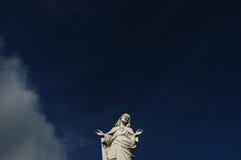 Cristo contra el cielo azul Fotografía de archivo