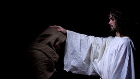 Cristo in corona dell'indigente di benedizione delle spine, peccati di perdono dopo confessione immagine stock