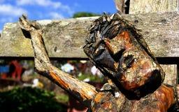 Cristo crucificou cinzelado na madeira fotos de stock