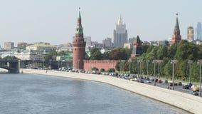 Cristo la cattedrale ed il Cremlino del salvatore nella città di Mosca stock footage