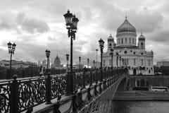 Cristo la iglesia del redentor en Moscú Puente de Patriarshy sobre el río de Moscú Fotografía de archivo