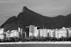 Cristo Redentor, wie von einem Boot in Baia de Guanabara herein gesehen Lizenzfreie Stockfotos