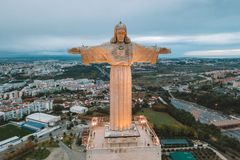 Cristo Rei Christ Statue em Lisboa no tempo de nivelamento foto de stock