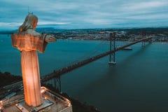 Cristo Rei Christ Statue em Lisboa no tempo de nivelamento Vista aérea sobre Lisboa imagens de stock royalty free