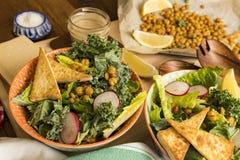 Crisy-Tofu und Kichererbsen-Salat stockfoto