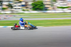 Critican al corredor del kart en la pista, tiro fotografía de archivo libre de regalías