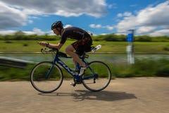 Criticando imagen durante un triathlon en Bilzen en una tarde soleada en mayo imagen de archivo libre de regalías