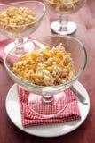 Critique despiadadamente la ensalada con los huevos, el maíz dulce y la mayonesa Foto de archivo