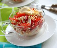 Critique despiadadamente la ensalada con los tomates, las pimientas y queso Fotografía de archivo libre de regalías