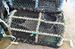 Critique despiadadamente las cestas en el puerto pesquero de Kirkwall, capital de las Orcadas Escocia foto de archivo libre de regalías