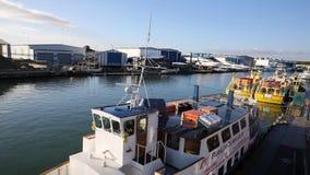 CRITIQUE el puerto Dorset Inglaterra Reino Unido de Poole de la visión con los barcos metrajes