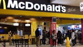 Critique el tiro de la formación de la gente para la comida que ordena en el contador de pago y envío de McDonalds