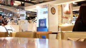 Critique el tiro de la gente que come las comidas en el área de la zona de restaurantes almacen de metraje de vídeo