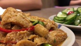 Critique el tiro de la gente que come los aperitivos en la tabla dentro del restaurante chino almacen de metraje de vídeo