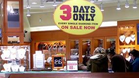 Critique el tiro de la joyería que hace compras de la gente en venta de tres días solamente en la joyería