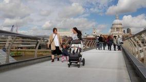 Critique el tiro de peatones en el puente del milenio almacen de video