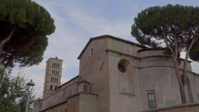 Critique el tiro de un monasterio cerca del jardín anaranjado degli Aranci de Roma, Italia Giardino almacen de video