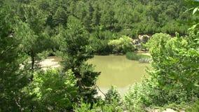 Critique la inclinación al lago cerca de la cascada en Maries, Thassos Grecia almacen de metraje de vídeo