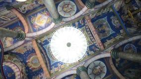 Critique la vista de la bóveda una iglesia antigua famosa La bóveda de la iglesia almacen de metraje de vídeo