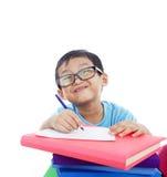 Écriture asiatique mignonne de garçon d'isolement sur le blanc Photographie stock