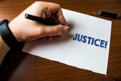 ?criture conceptuelle de main montrant la justice Ajustement impartial des textes de photo d'affaires des r?clamations ou des t?c images stock