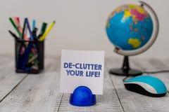 ?criture conceptuelle de main montrant la vie de De Clutter Your Photo d'affaires pr?sentant pour enlever les articles inutiles d image stock