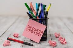 ?criture conceptuelle de main montrant la vie de De Clutter Your Texte de photo d'affaires enlever les articles inutiles de d?sor photo libre de droits
