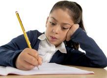 Écriture latine heureuse de petite fille dedans de nouveau à l'école et au concept d'éducation Image stock