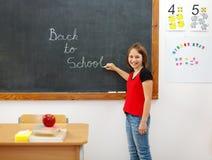 Écriture élémentaire de nouveau à l'école sur le tableau Photos stock