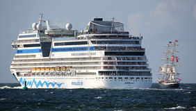 Criuse船和帆船在Hansesail 2014年 免版税图库摄影