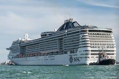 Criusevoering die in Venetië met sleepboot het bijwonen vertrekken Royalty-vrije Stock Foto's