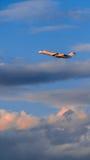 CRJ 100 décollent sur le coucher du soleil Image stock