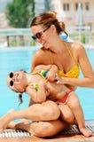 córki zabawa basen jej plenerowej kobiety Fotografia Stock