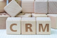 CRM, het concept van het Klantrelatiebeheer, kubeert houten blok royalty-vrije stock foto's