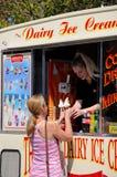 Crème glacée de achat de femme d'un fourgon Images stock