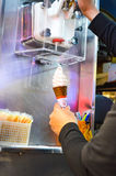 Crème glacée sortant de la machine Photos libres de droits