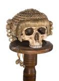 Crâne d'isolement avec la perruque de cour Image stock