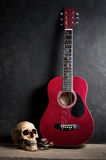 Cráneo con la guitarra acústica Fotografía de archivo