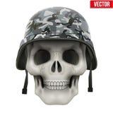 Cráneo humano con el casco militar Fotografía de archivo