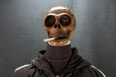 Cráneo humano que fuma un cigarrillo en un fondo negro, cigarrillo muy peligroso para la gente No fume por favor Día de Halloween Imágenes de archivo libres de regalías