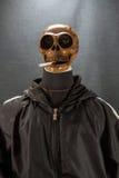 Cráneo humano que fuma un cigarrillo en un fondo negro, cigarrillo muy peligroso para la gente No fume por favor Día de Halloween Fotografía de archivo