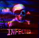 Cráneo y bandera pirata en código binario con el mensaje de la infección Fotografía de archivo libre de regalías