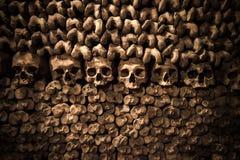 Cráneos y huesos en las catacumbas de París Foto de archivo libre de regalías