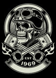 Crânio do motociclista do vintage com o emblema cruzado do pistão Fotografia de Stock