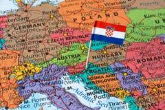 A Croácia embandeira em um mapa do mundo fotos de stock